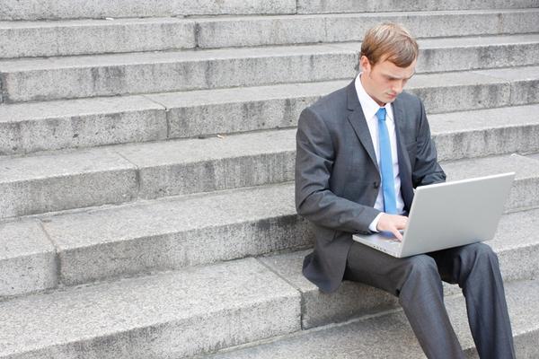 איש עסקים משתמש במחשב נייד